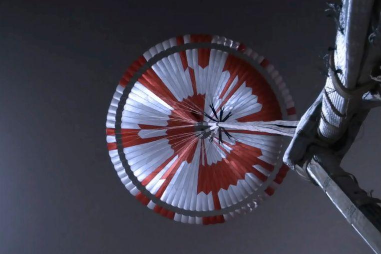 De parachute waaraan het marswagentje landde op Mars. Beeld AP