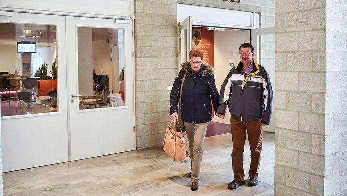 Ineke en Jan verlaten het Albert Schweitzer ziekenhuis waar zij hun bloed lieten testen.