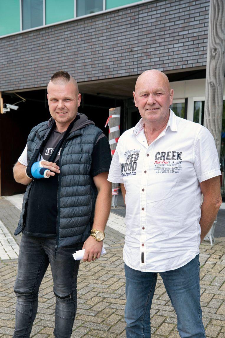 Sjaak Kagenaar (rechts) met zoon Wesley deden hun mondkapje af in de wachtkamer. Beeld Werry Crone