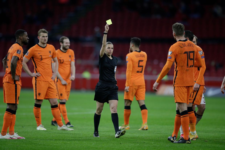 Scheidsrechter Stéphanie Frappart geeft Luuk de Jong een gele kaart in het duel van zaterdag tegen Letland.  Beeld AP