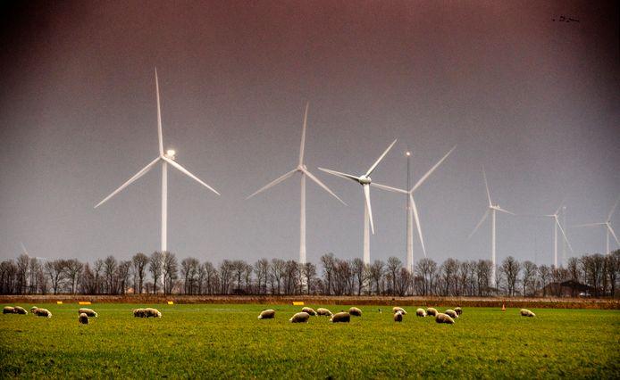 Een windmolenpark in de polder, elders in het land