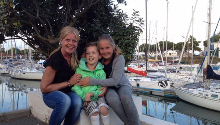 Ten Broeke met haar dochter Sofie (12) en zoon Pleun (11), die vanwege een spierziekte een pgb krijgt Beeld Marije ten Broeke