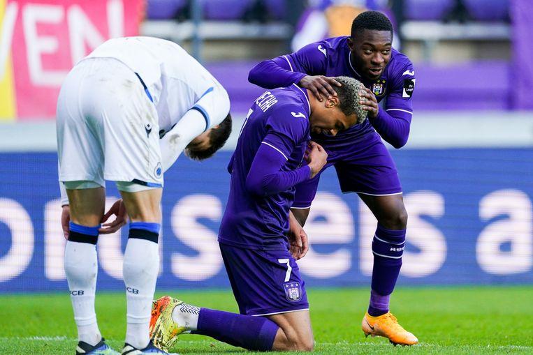 Francis Amuzu feliciteert doelpuntenmaker Lukas Nmecha, zondag in het Lotto Park. Beeld Photo News