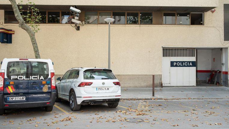 De auto (rechts) waarmee Wouter van Luijn vermoedelijk naar het ziekenhuis zou zijn gebracht. Beeld anp