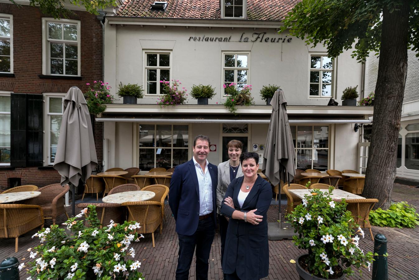Martino Verbruggen, Sylvia Streumer en Loes Verbruggen (v.l.n.r.) voor restaurant La Fleurie in Oirschot.