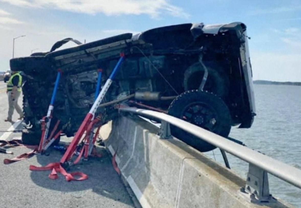 Un homme héroïque a sauté d'un pont pour sauver une fillette de deux ans ayant été éjectée d'une voiture.