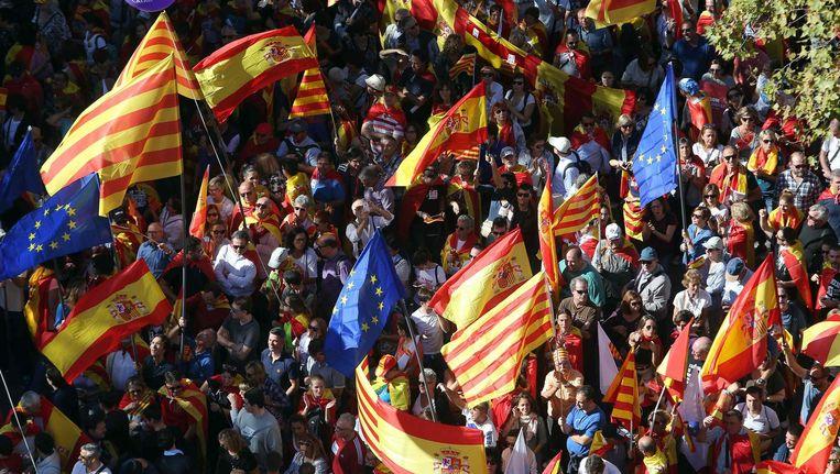 Naast de Catalaanse vlag, waren ook Spaanse en Europese vlaggen te zien bij de demonstratie. Beeld epa