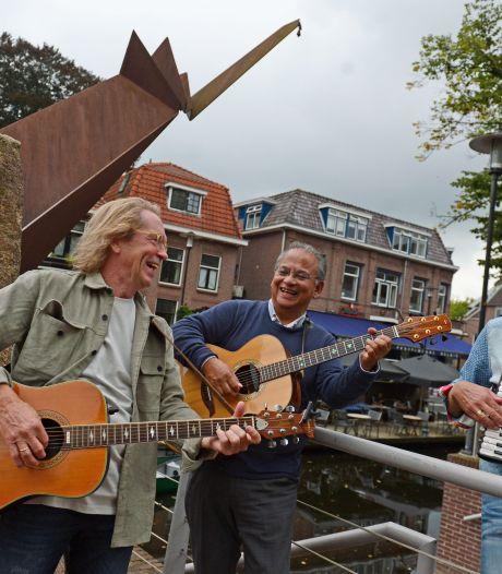 Troubadour Peter Schoof eert 600 jaar oude Almelo met muziek 'Deze stad hoort bij mijn leven'