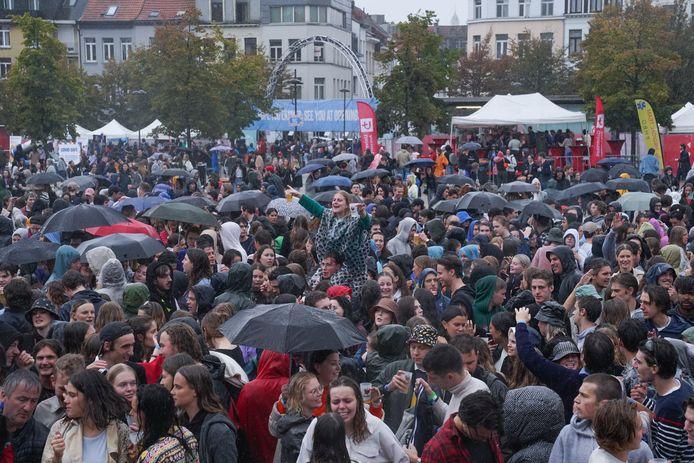 Ondanks de regen verzamelden studenten maandag op het Sint-Jansplein