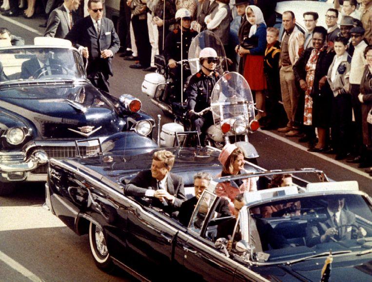President John F. Kennedy, first lady Jackie Kennedy en de gouverneur van Texas, John Connally, in de limousine op weg naar de speech die JFK op 22 november 1963 in Dallas zou geven. Beeld REUTERS