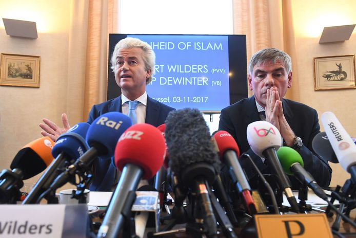Geert Wilders (L) en Filip Dewinter tijdens de persconferentie vandaag