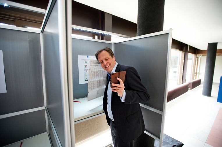 Oud-D66 leider Pechtold maakt een 'stemfie' bij de Gemeenteraadsverkiezingen van 2014. Beeld ANP, Olaf Kraak
