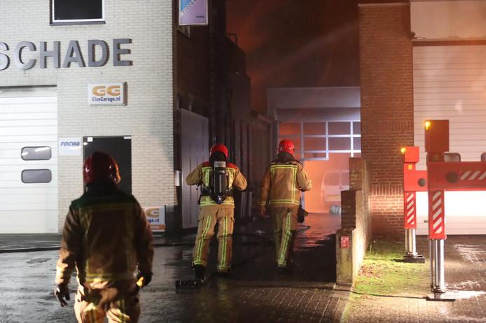 Grote uitslaande brand bij autoschadebedrijf in Reusel.