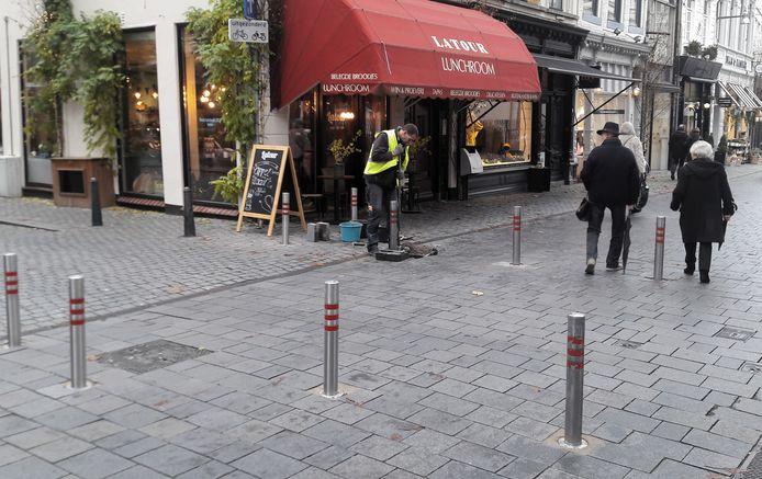 Paaltjes op de kruising van de Veemarktstraat en Annastraat in de binnenstad van Breda.