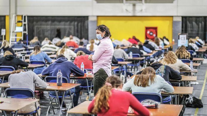 Deze lerares houdt een oogje in het zeil.