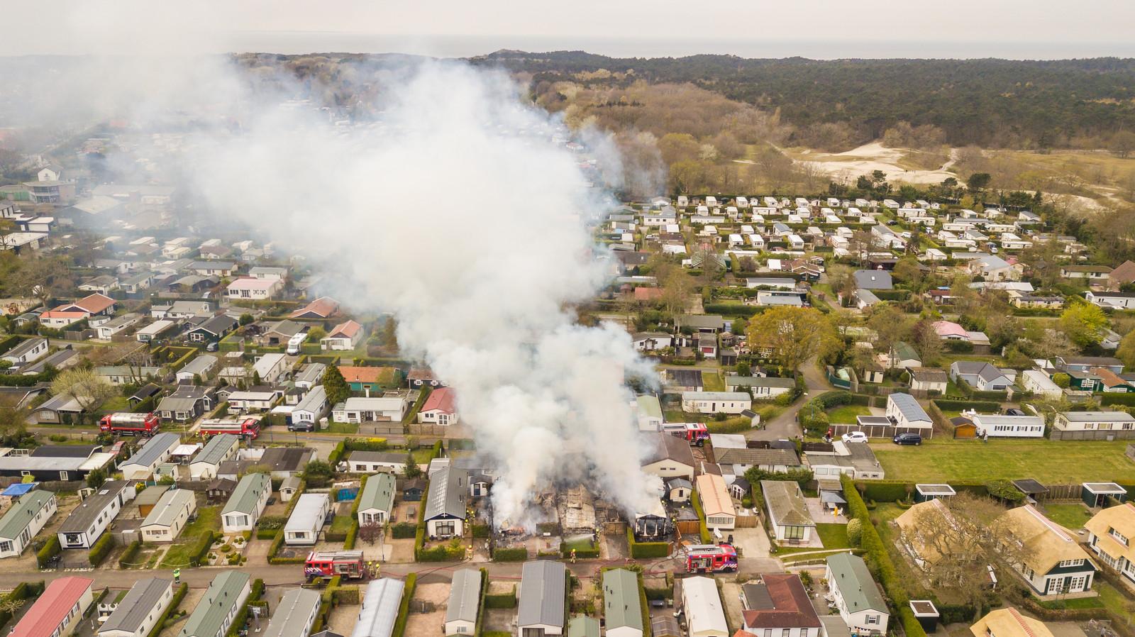 Het vuur sloeg al snel over naar andere chalets.