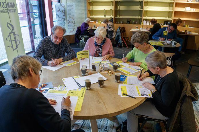In Roosendaal werden in 2018 door de vrijwilligers van Amnesty brieven geschreven voor mensen die groot onrecht is aangedaan.