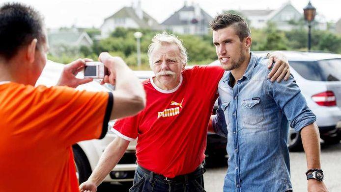 Kevin Strootman gaat in Noordwijk op de foto met een fan.