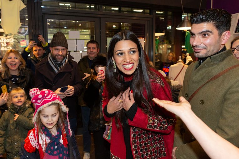 Labour-kandidaat Faiza Shaheen voert campagne in Chingford and Woodford Green. Beeld Getty