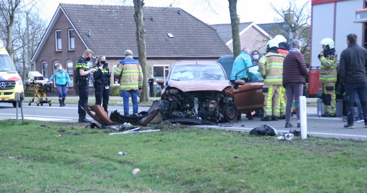 Vrouw gewond na harde botsing tussen taxi en auto bij Nieuwleusen.