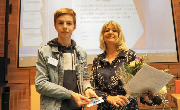 Zwollenaar Daan Boven (16) is de beste jeugdige debater van Overijssel. Hij krijgt de Overijssel Debat Award uit handen van juryvoorzitter Renée Wiggers.
