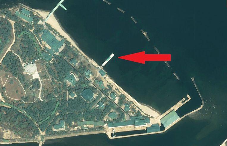 Een plezierboot van 55 meter lang ligt aangemeerd vlakbij de villa van Kim Jong-un in Wonsan. Beeld AP