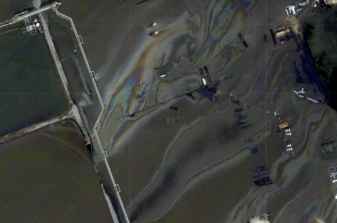 Een van de luchtfoto's die de autoriteiten doet vermoeden dat er een mogelijk olielek is bij de kust van Louisiana. Een rederij in het plaatsje Belle Chasse kwam onder water te staan. (31/08/2021)