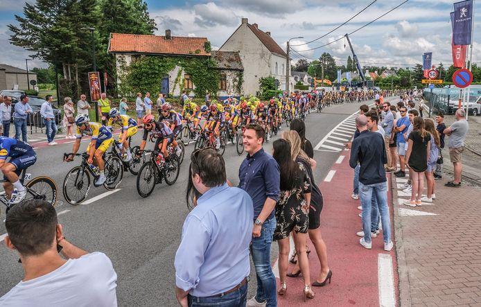 De passage van de renners, ter hoogte van horecazaak Vitreau in Sint-Eloois-Vijve