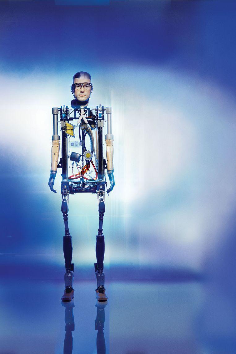 In het Amerikaanse tv-programma 'The Incredible Bionic Man' proberen twee robotici een 'mens' te bouwen met onder meer de meest gesofisticeerde prothesen, een kunsthart en synthetische longen. Beeld Henry Bourne
