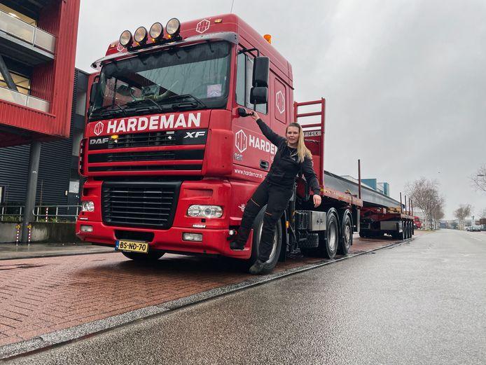"""La camionera Adine de Kleuver conduce para Hardeman en Veenendaal: """"Si tengo un viaje largo al extranjero, mi padre siempre quiere que me avise cuando llegue a mi destino""""."""