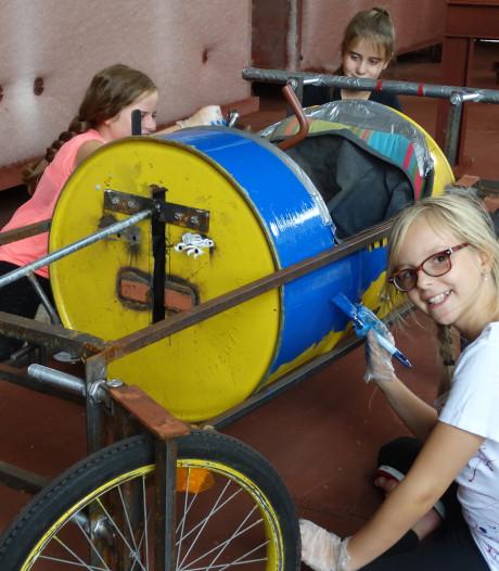 De meiden van Girlpower zijn helemaal klaar voor de Alphense Zeepkistenrace. 'Onze zeepkist moet vooral snel zijn'