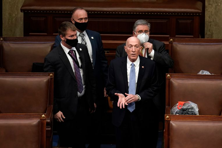 Het inmiddels afgetreden hoofd beveiliging van het Amerikaanse Huis van Afgevaardigden, Paul Irving (rechts vooraan). Beeld AP