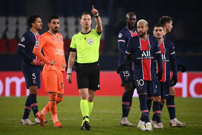 Danny Makkelie tijdens Paris Saint-Germain en Basaksehir. Rechts Neymar.