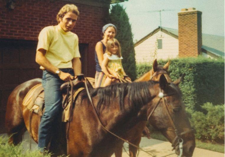 Het gezin Bundy op uitstap te paard. Molly Kendall: 'Ik kan me alleen maar afvragen wat hij toen echt dacht en voelde. Had hij net iemand vermoord voor die foto's genomen werden?' Beeld