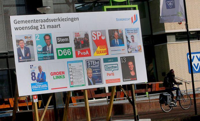 Een verkiezingsbord voor de gemeenteraadsverkiezingen van 2018 langs de Spuiboulevard in Dordrecht. De kans dat D66 volgend jaar op dat bord ontbreekt, is levensgroot.
