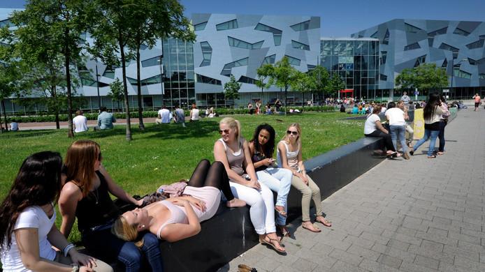 Studenten genieten van het lekkere weer.