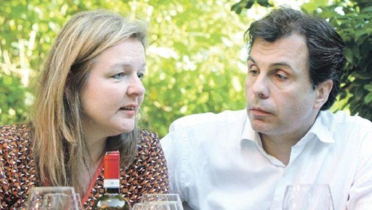 LotChristophe Deborsu en Annick DeWit in hun tuin in Schelle. Samen schreven ze het boek 'Dag, Bonjour!'. Beeld Bart van der Moeren