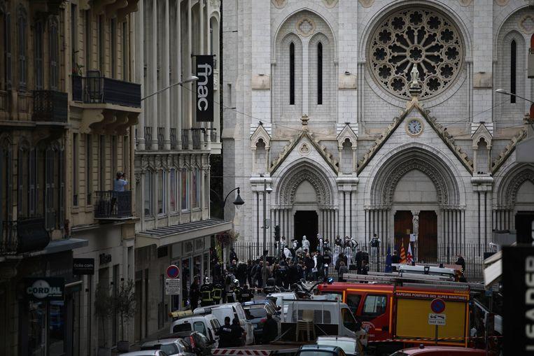 Nooddiensten ter plaatse buiten het kerkgebouw waar donderdagochtend de terreuraanslag plaatsvond.  Beeld AP