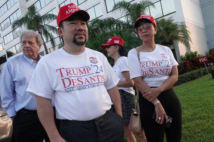 Aanhangers van de voormalige Amerikaanse president Donald Trump en de gouverneur van Florida Ron DeSantis in de rij voor het evenement Fox & Friends, donderdag in Palm Beach. DeSantis tekende daar een nieuwe kieswet.