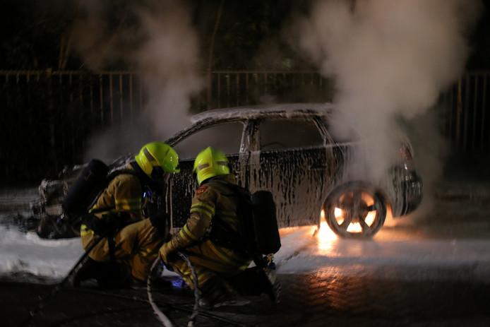 De aan de Talmalaan in Ede geparkeerde auto brandde helemaal uit.