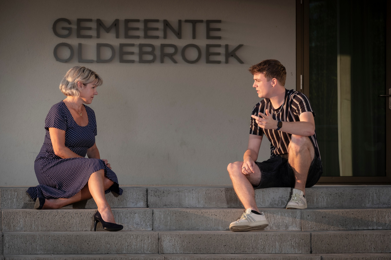 Burgemeester Tanja Haseloop-Amsing en Joran Doornewaard in gesprek over de plannen om het thema LHBTQ+ een plek te geven in de gemeente Oldebroek. Joran: ,,Zelf heb ik altijd gedacht dat ik in de gemeente Oldebroek niet geaccepteerd zou worden.''