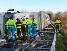 Gekantelde vrachtwagen op A27 bij afrit Breda: chauffeur is bevrijd