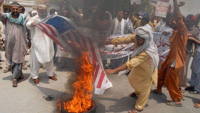 Pakistani verbranden de Amerikaanse vlag uit protest tegen de aanvallen met onbemande vliegtuigen van de Verenigde Staten, in juli. © afp