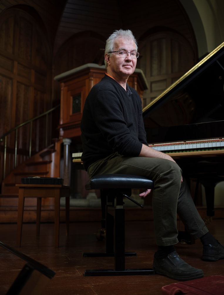 Pianostemmer Michel Brandjes aan de piano in de Westvestkerk, Schiedam. Beeld Erik Smits