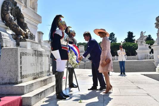 Koning Willem-Alexander en Koningin Maxima leggen een krans bij Altare della Patria (Altaar van het Vaderland) tijdens het staatsbezoek aan Italië.