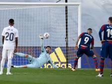 Courtois sauve un penalty, mais le Real tombe contre Levante