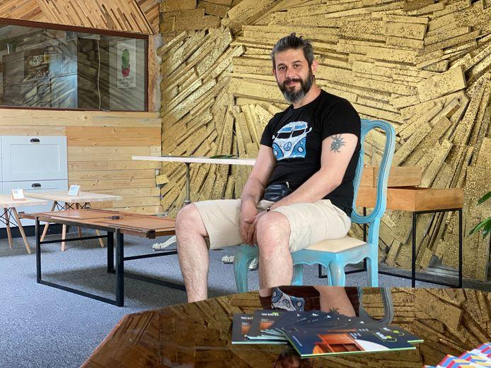 Mousab in zijn showroom.