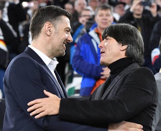 Bondscoaches Joachim Löw (r) en Mladen Krstajic, als speler lang actief in de Bundesliga.