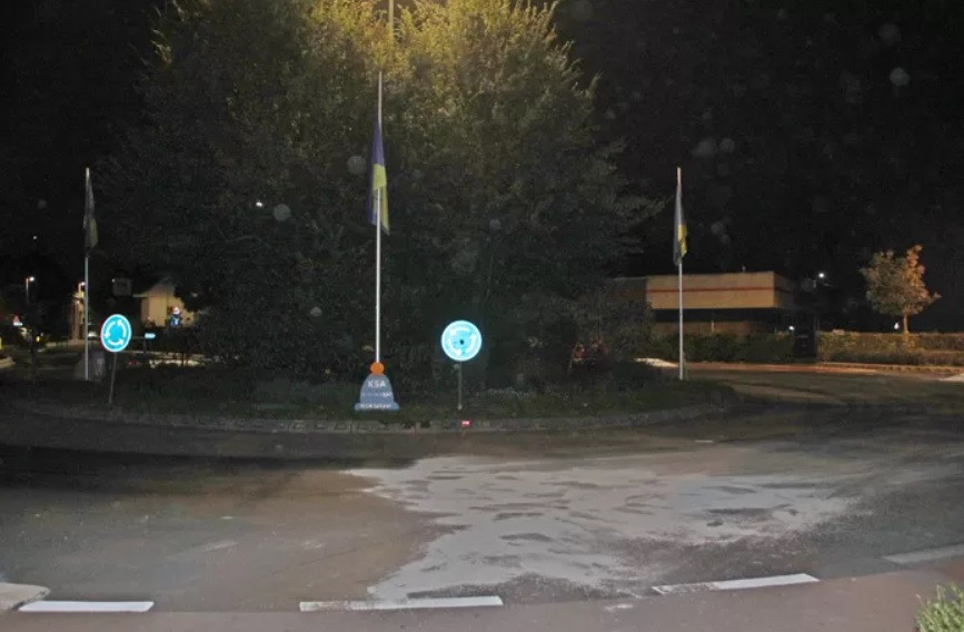 Aan de rotonde in Gullegem (Wevelgem) kwam de agent met zijn auto op de zij terecht.