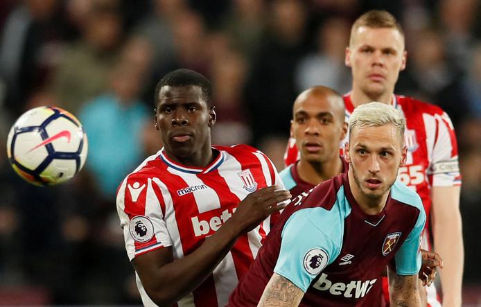 Kurt Zouma (l) werd vorig seizoen door Chelsea verhuurd aan Stoke City, waarmee hij uit de Premier League degradeerde.